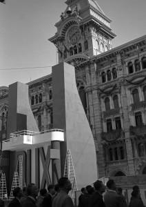 Nella foto di Francesco Penco, il palco allestito per Mussolini in piazza dell'Unità a Trieste il 18 settembre 1938 (collezione Ernè, archivio Comunicarte Edizioni)