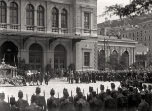 Il corteo funebre davanti alla Stazione di Trieste
