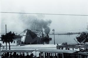 """Le rive di Trieste dopo il bombardamento del 10 giugno 1944 in una immagine di Francesco Penco (tratta da """"Una fiammata di arance"""" di Diana De Rosa)"""